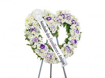coroa-de-flores-coracao-branco-e-lilas